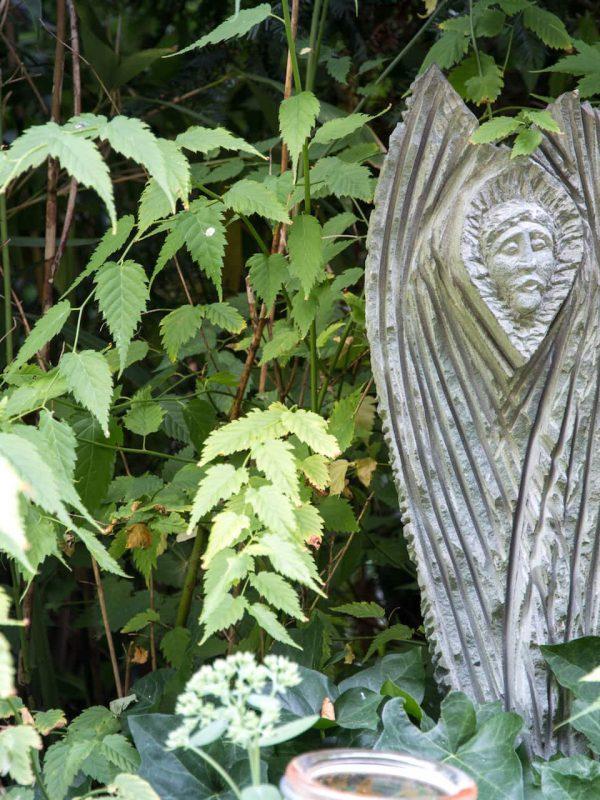 Statue aus Stein im Garten