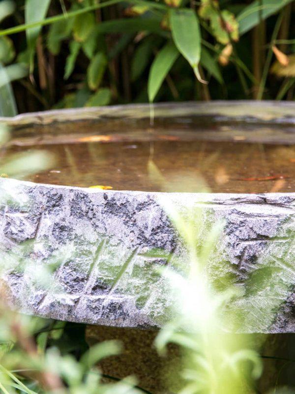Vogeltränke aus Stein im Garten